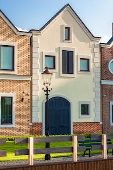 Klassieke nederlandse huizen op straat op zonnige dag