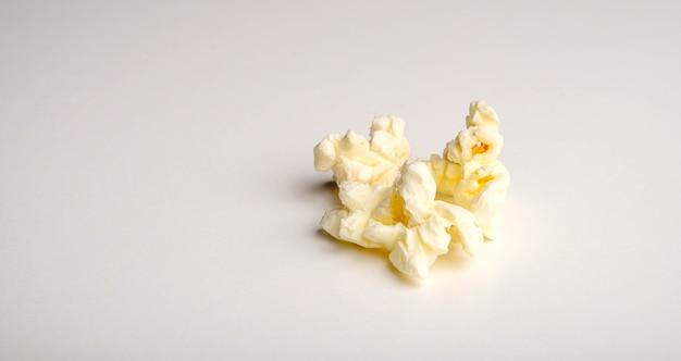 Klassieke popcorn op witte achtergrond