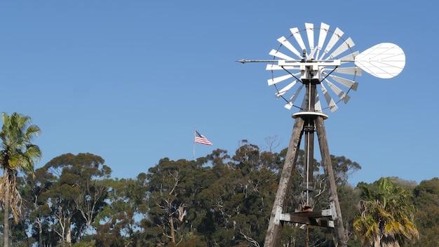 Klassieke retro molen, rotor met bladen in de vs. vintage waterpomp windturbine, ranch stroomgenerator