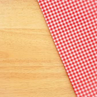 Klassieke roze geruite stof of tafelkleed op houten bureau met kopie ruimte