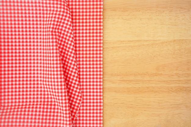 Klassieke roze geruite stof of tafellaken op houten bureau met kopie ruimte