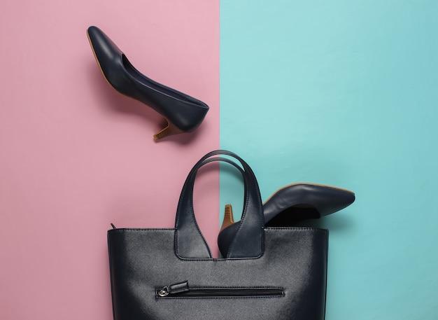 Klassieke schoenen met hoge hakken, leren tas op een blauw-roze pastel
