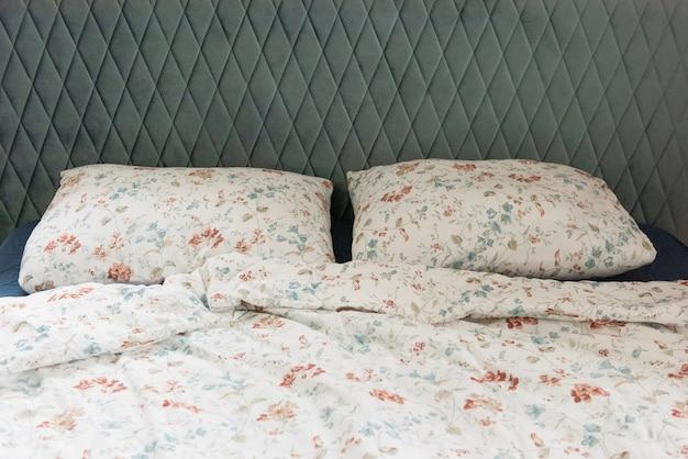 Klassieke slaapkamerstijl met twee kussens op bed, interieurconceptdecoratie