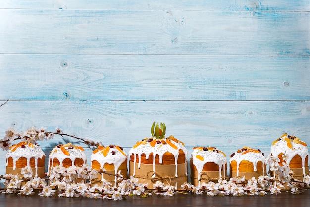 Klassieke slavische pasen-cakes in een rustieke stijl