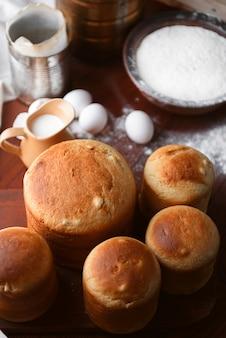 Klassieke slavische pasen-cakes met ingrediënten in een rustieke stijl