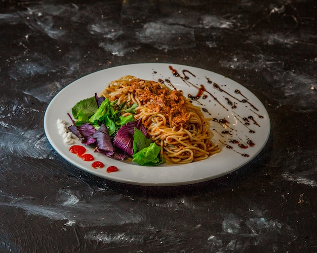 Klassieke spaghetti bolognese op de tafel