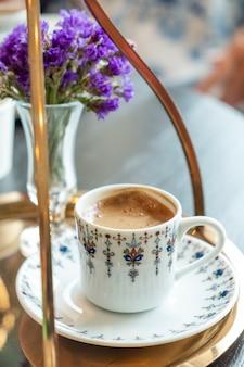 Klassieke sterke turkse koffie. detailopname