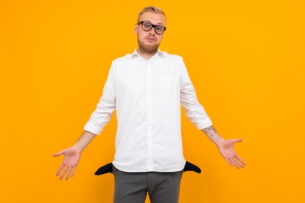 Klassieke stijl arme man met lege zakken op geel