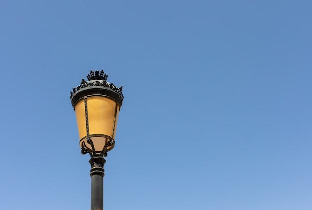 Klassieke straatlantaarn over een zeer blauwe hemel.