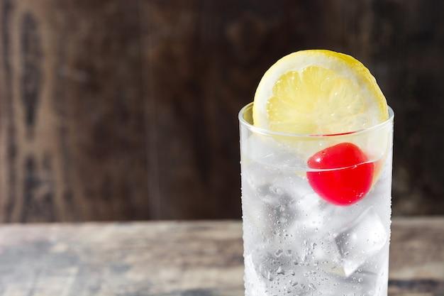 Klassieke tom collins-cocktail op houten lijst