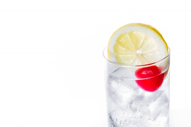 Klassieke tom collins-cocktail op wit