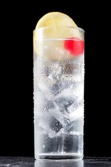 Klassieke tom collins cocktail op zwart