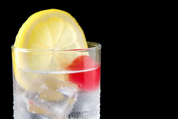 Klassieke tom collins-cocktail op zwarte dichte omhooggaand
