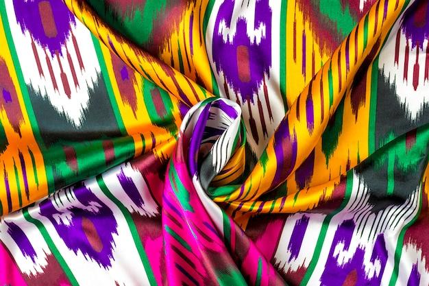 Klassieke traditionele oezbeekse stof, khan atlas is gemaakt van oezbeekse cocons van de zijderups