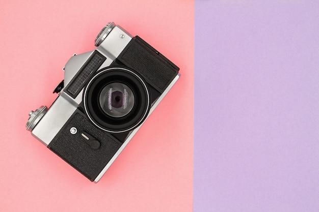 Klassieke vintage zwarte retro camera op een gekleurde achtergrond