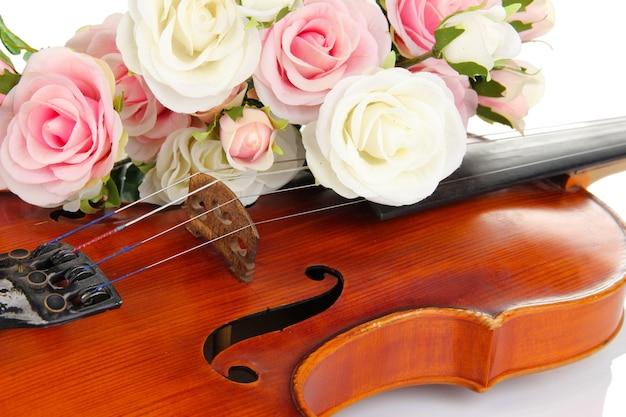 Klassieke viool met bloemen close-up