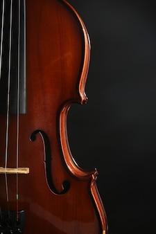 Klassieke viool op donkere muur