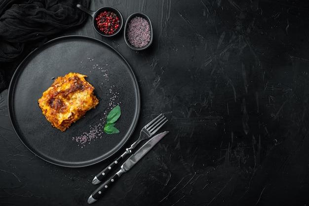 Klassieke vleeslasagne met kaas bechamel en bolognese saus, op bord