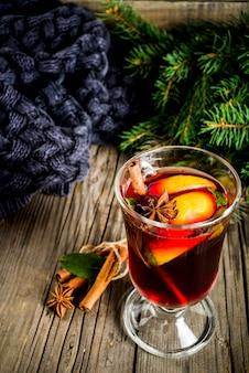 Klassieke warme warme herfstdrank, glühweincocktail met kruiden