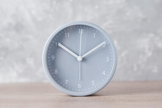Klassieke wekker op een grijs, close-up