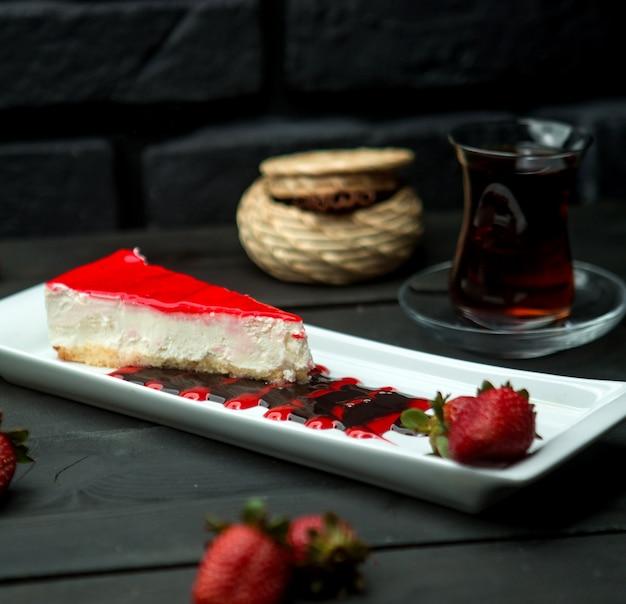 Klassieke wrongel cheesecake bedekt met aardbei glazuur