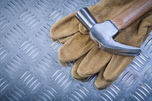 Klauwhamer veiligheidshandschoenen op gegroefde metalen plaatconstructie co