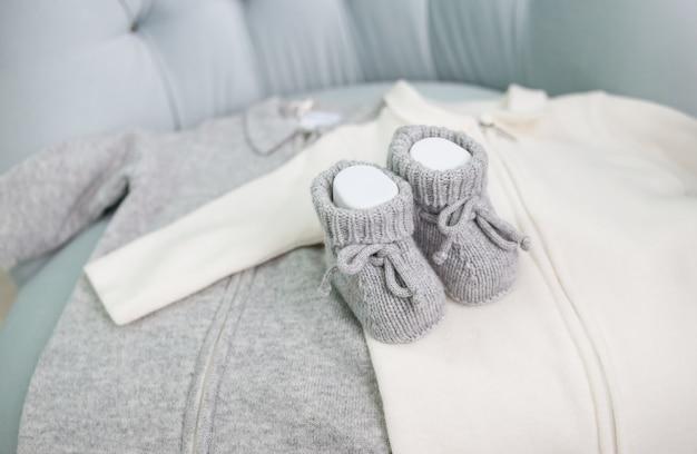 Kleding babyschoentjes stoel grijs wit