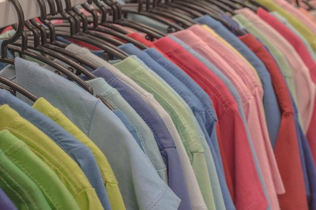Kleding die op de markt wordt verkocht, hangende kleding.