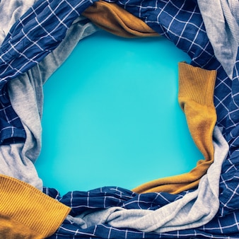 Kleding draait op pastelkleurige achtergrondideeën voor huishoudelijk werkconcepten