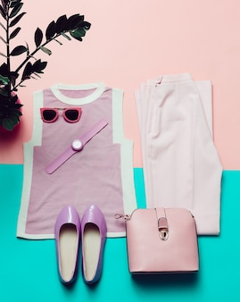 Kleding en accessoires. bovenaanzicht. top, schoenen, horloges en zonnebrillen. stijlvolle tas. zomer roze trend