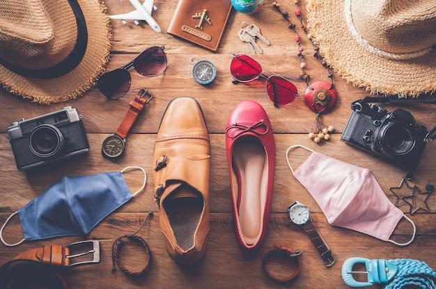 Kleding en accessoires voor mannen en vrouwen klaar voor het nieuwe normale reizen - levensstijl