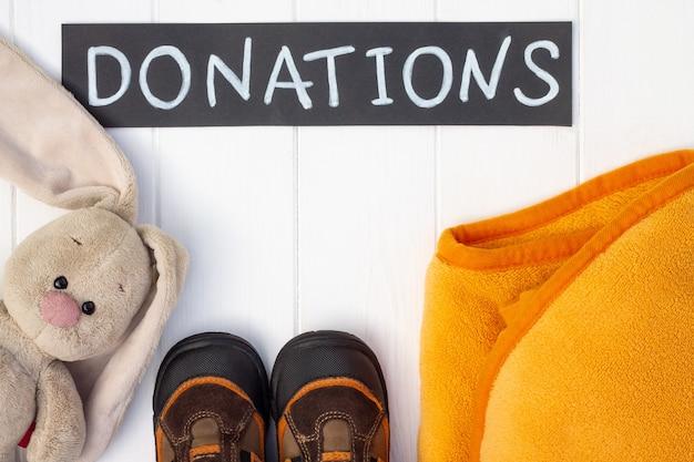 Kleding en schoenen voor donatie op tafel