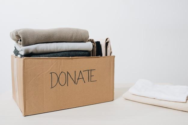 Kleding in doos voor conceptdonatie en hergebruik recycle