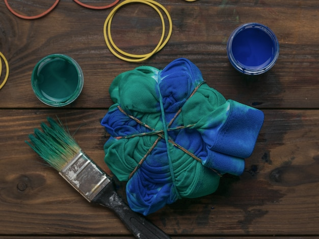 Kleding kleuren in de stijl van tie-dye met blauwgroene kleur. stof beitsen in tie-dye-stijl.