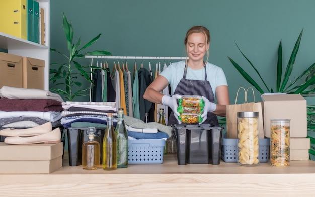 Kleding liefdadigheid donatie vrouw product hulp geschenkdoos pakket geven zorgpakket