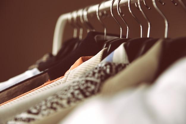 Kleding op hangers