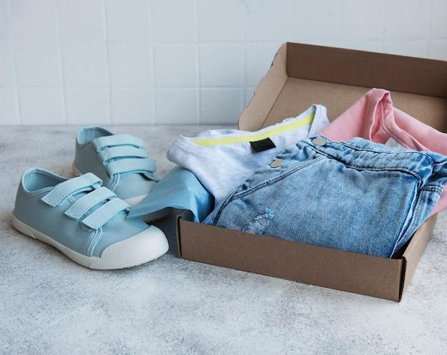 Kleding voor kinderen in een open kartonnen doos
