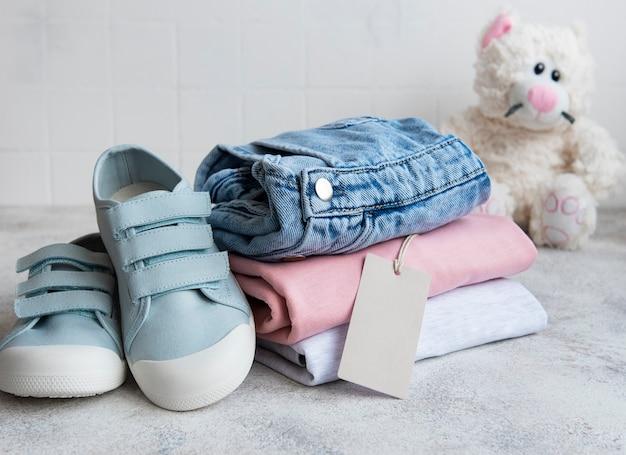 Kleding voor kinderen. online winkelconcept. levering van kleding.