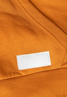 Kledingetiket op oranje sport sweatshirt close-up