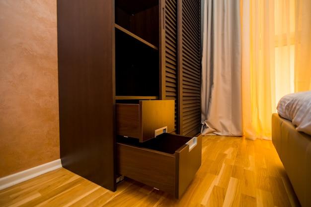 Kledingkast in het appartement. interieur design slaapkamer.