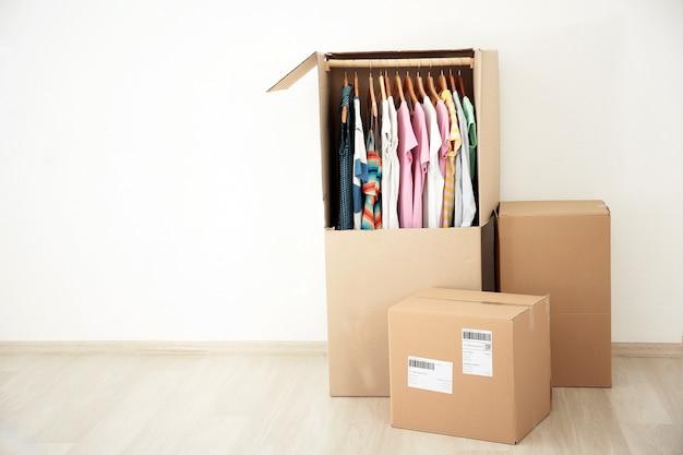 Kledingkastdozen met kleding binnenshuis