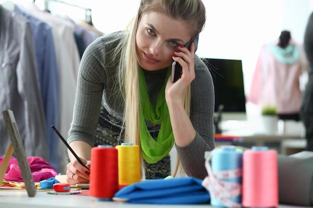 Kledingontwerp en retail designer talking phone