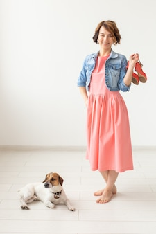 Kledingontwerper, mensen, huisdier concept jonge vrouw in jurk en jeans jasje met jack russell