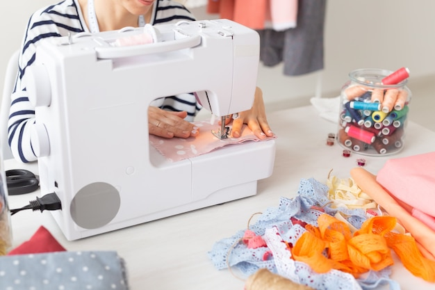 Kledingontwerper, naaister, mensenconcept - kledingontwerper werken