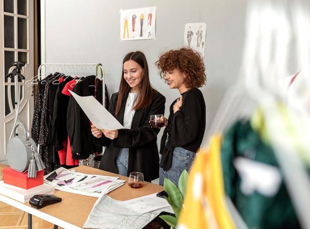 Kledingontwerpers die bij winkel werken