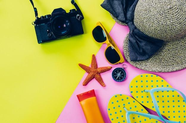 Kledingtoebehoren voor de zomer op veelkleurige papieren vloer