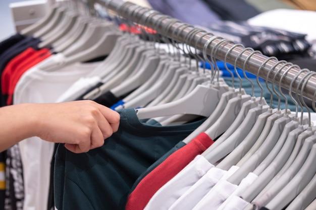 Kledingwinkel, kleding hangt op een plank