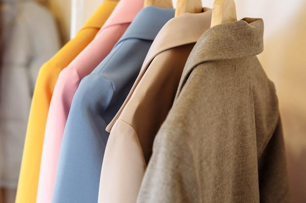 Kledingwinkel. kleurrijke cashmere-jassen