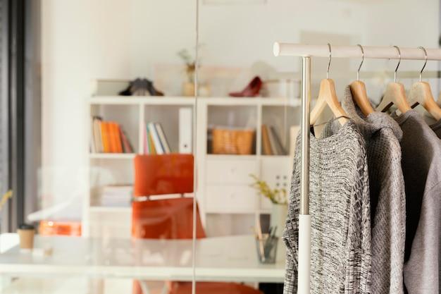 Kledingwinkel met kledingrek