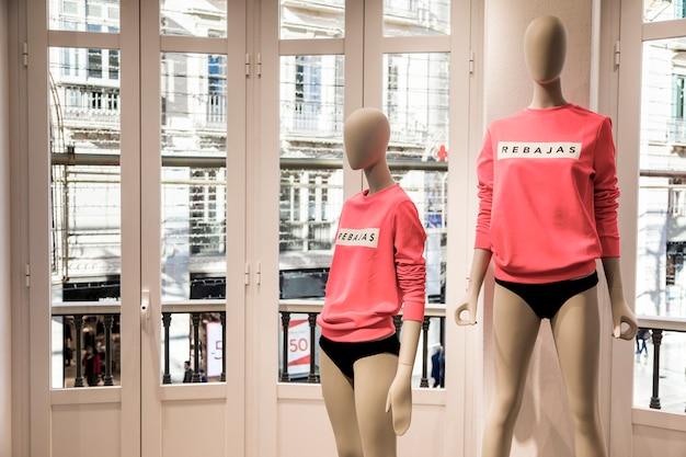 Kledingwinkel met mannequins